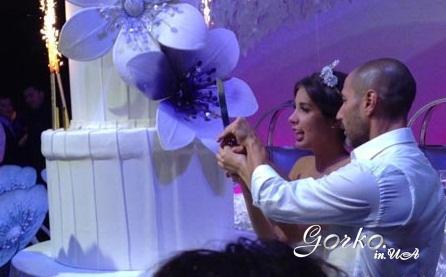 Свадебный торт выше молодоженов
